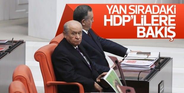 Bahçeli'nin HDP sıralarına bakışı